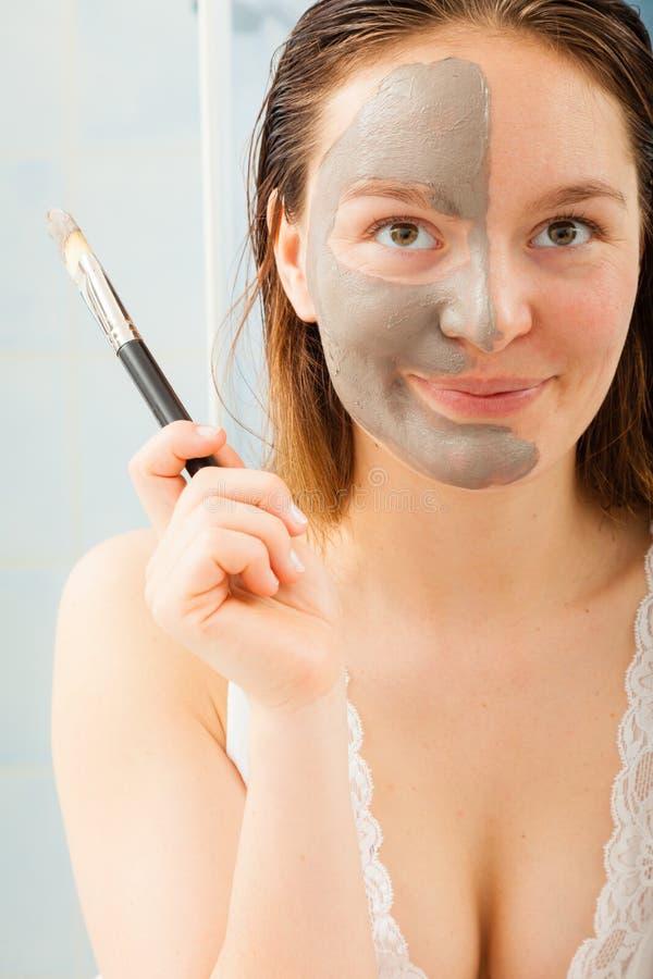 Vrouw die modder gezichtsmasker toepassen royalty-vrije stock foto's