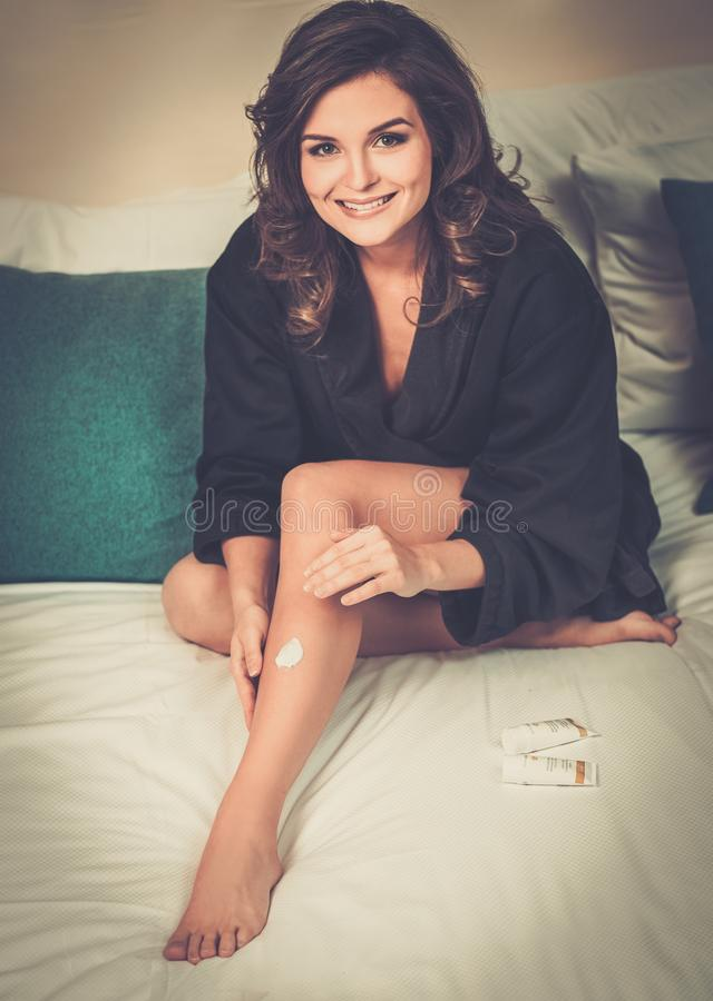 Vrouw die moisturiser room toepassen royalty-vrije stock afbeeldingen