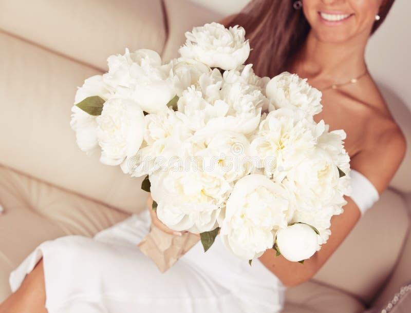 Vrouw die mooi boeket van witte pioenen in handen houden stock afbeeldingen