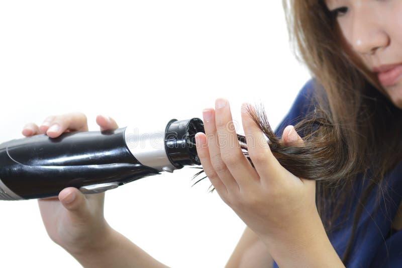 Vrouw die Mooi Lang Recht Haar drogen die Droger met behulp van stock foto's