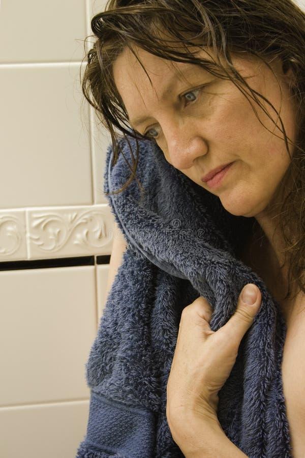Vrouw die na Bad of Douche overweegt stock fotografie