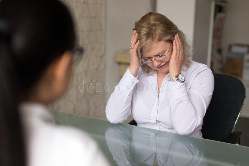 Vrouw die na het verliezen van baan schreeuwen stock fotografie