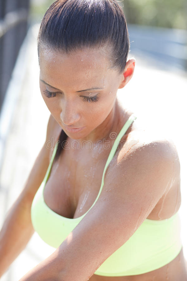 Vrouw die na jogging rusten royalty-vrije stock fotografie