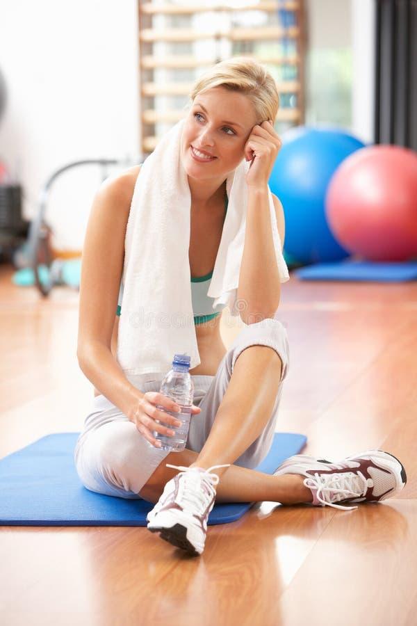 Vrouw die na Oefening rust stock afbeelding
