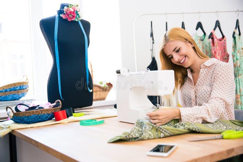Vrouw die Naaimachine met behulp van stock fotografie