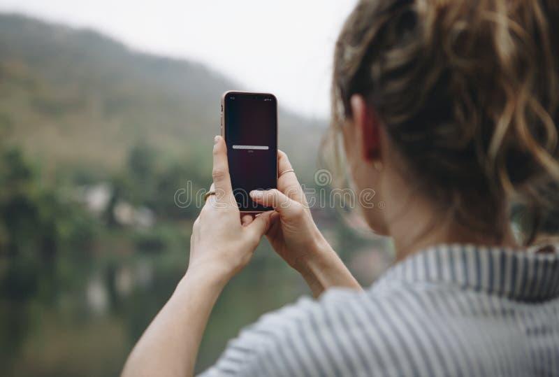 Vrouw die naar signaal met haar mobiele telefoon zoeken royalty-vrije stock foto