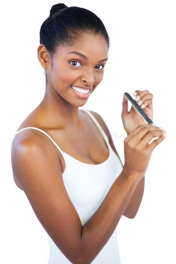 Vrouw die nagelvijl met behulp van stock foto