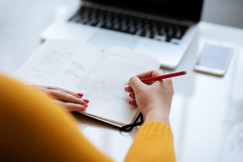 Vrouw die nieuw ontwerp voor een website schetsen royalty-vrije stock fotografie