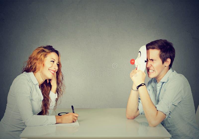 Vrouw die nieuwe kandidaat voor een baan interviewen, een man die pretender zijn echte persoonlijkheid verbergen stock afbeeldingen