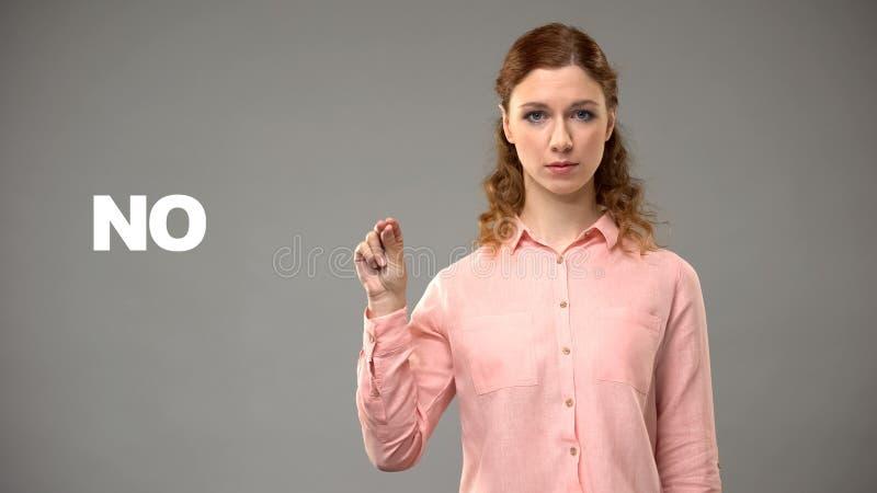 Vrouw die nr in gebarentaal, tekst op achtergrond, mededeling voor doof tonen royalty-vrije stock afbeeldingen