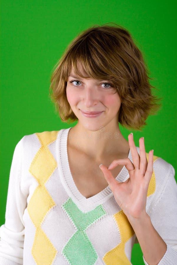 Vrouw die o.k. gebaar toont royalty-vrije stock foto's