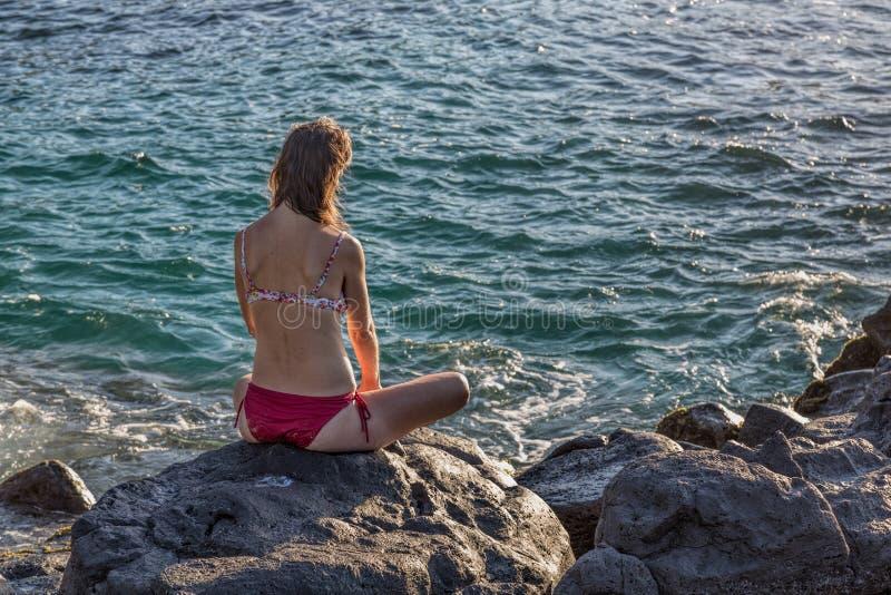 Vrouw die oceaan bekijken royalty-vrije stock fotografie