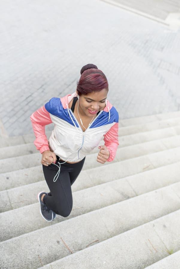 Vrouw die oefening doen, die boven en beneden de treden aanstoten stock afbeeldingen
