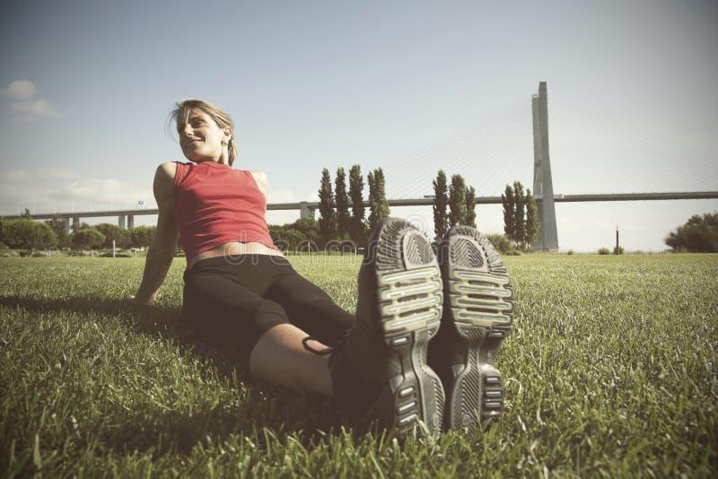Vrouw die oefening doen openlucht stock fotografie