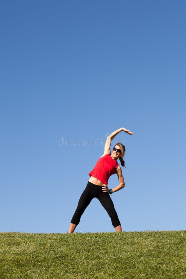 Vrouw die oefening doet openlucht royalty-vrije stock fotografie