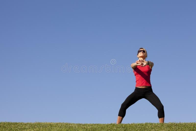 Vrouw die oefening doet openlucht royalty-vrije stock afbeelding