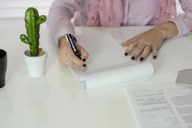 Vrouw die in oficce werken stock foto