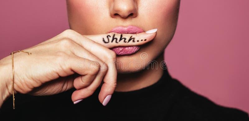 Vrouw die om stilte vragen stock fotografie