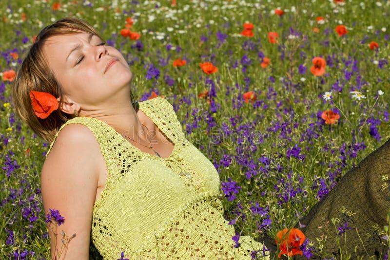 Vrouw die omhoog de zon doorweekt stock fotografie