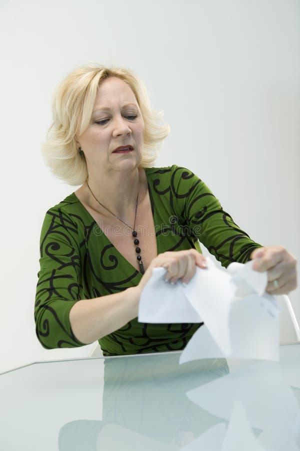 Vrouw die omhoog Documenten scheurt stock fotografie