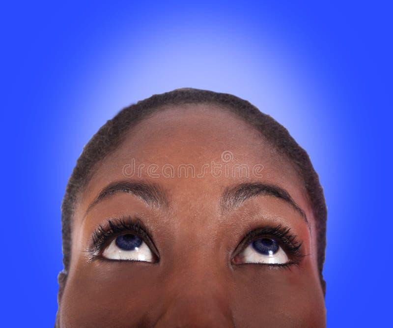 Vrouw die omhoog kijkt stock afbeelding