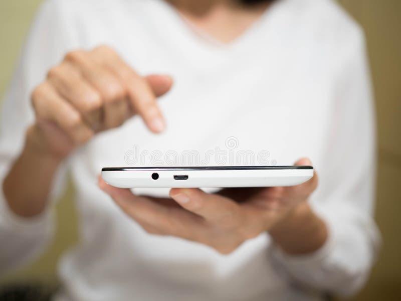 Vrouw die online door slimme telefoon winkelen stock fotografie
