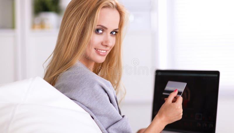 Download Vrouw Die Online Met Creditcard En Computer Winkelen Stock Afbeelding - Afbeelding bestaande uit laptop, besluiten: 107705219