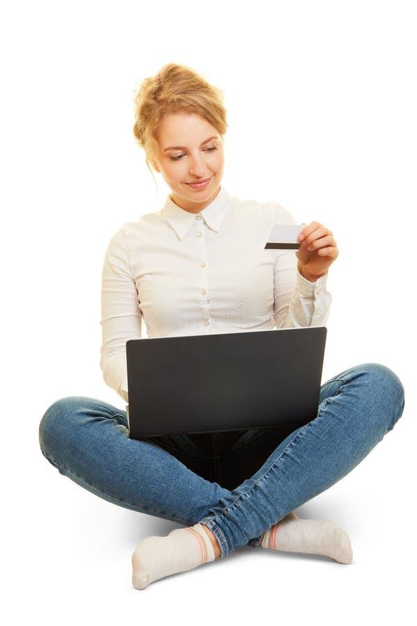 Vrouw die online met creditcard winkelt royalty-vrije stock foto's