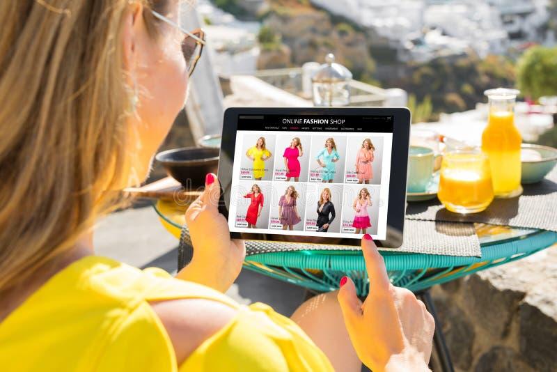 Vrouw die online opslag doorbladeren stock afbeeldingen