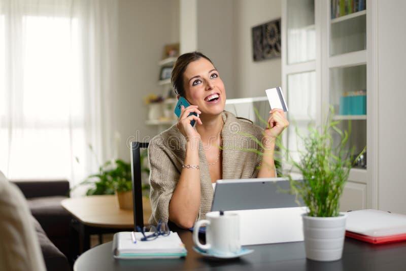 Vrouw die online winkelen stock afbeelding