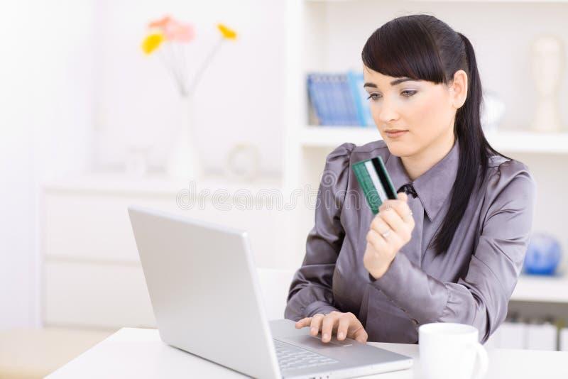 Vrouw die online winkelt royalty-vrije stock afbeeldingen
