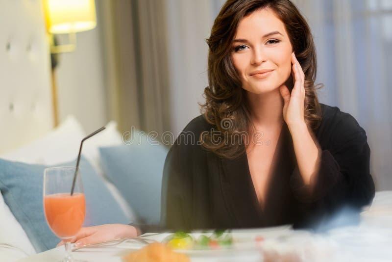 Vrouw die ontbijt in een hotel hebben stock afbeelding
