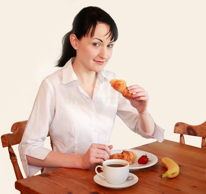 Vrouw die ontbijt eet stock afbeeldingen