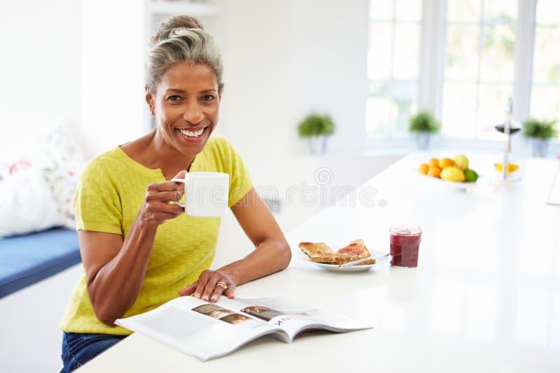 Vrouw die Ontbijt eet en Tijdschrift leest royalty-vrije stock foto