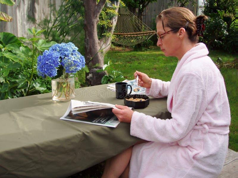 Vrouw die ontbijt heeft royalty-vrije stock afbeeldingen