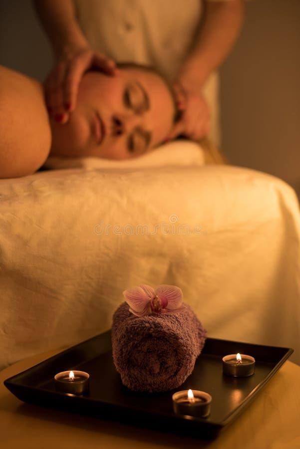 Vrouw die ontspannend achtermassage in cosmetic spa centrum in s genieten van stock foto's