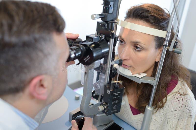Vrouw die oogcontrole hebben royalty-vrije stock fotografie