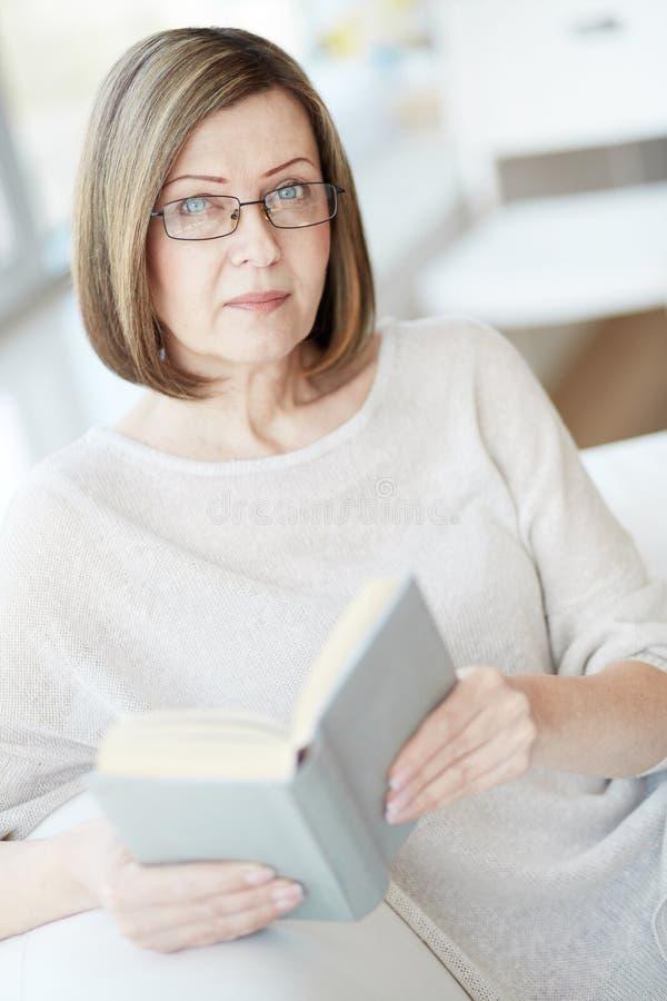 Vrouw die oogglazen draagt stock fotografie
