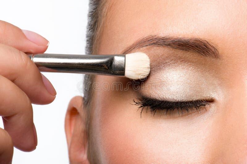 Vrouw die oogschaduw op ooglid toepast royalty-vrije stock foto's