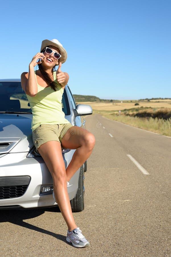 Vrouw die op autoreis op cellphone spreken stock afbeeldingen