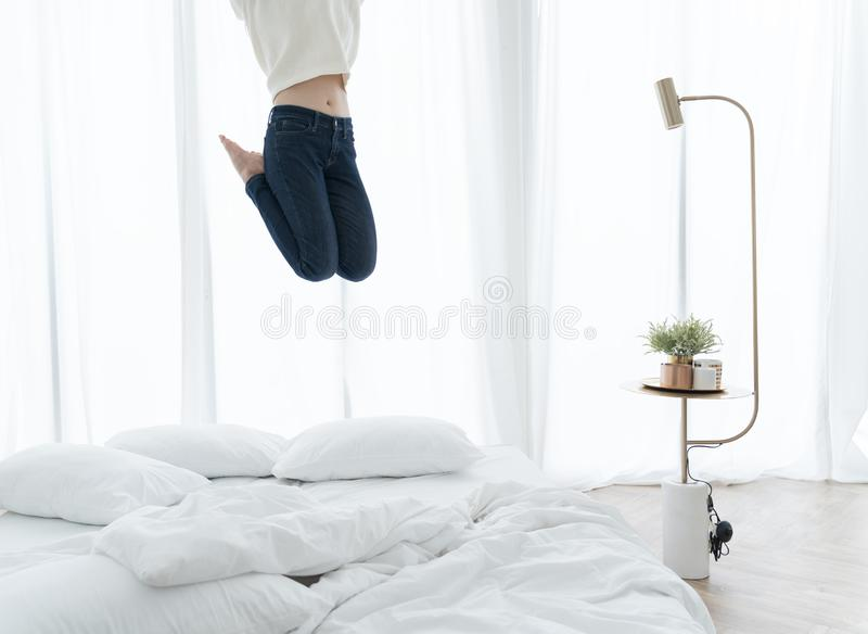 Vrouw die op bed in slaapkamer springen royalty-vrije stock foto's