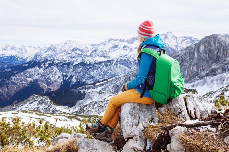 Vrouw die op bergbovenkant rusten royalty-vrije stock fotografie