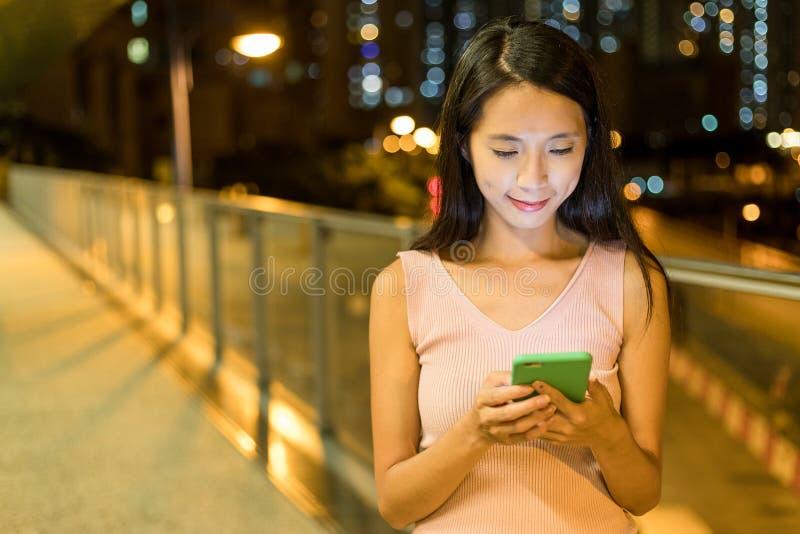 Vrouw die op cellphone in de stad babbelen royalty-vrije stock afbeeldingen