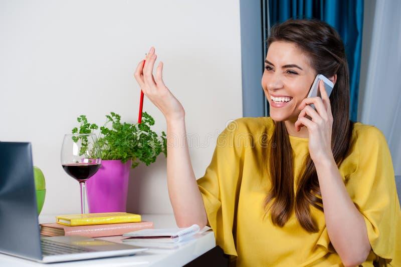 Vrouw die op cellphone spreken die gelukkig kijken stock fotografie