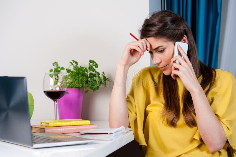 Vrouw die op cellphone spreken die ongerust gemaakt kijken royalty-vrije stock foto's