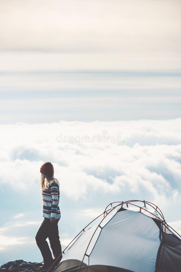 Vrouw die op de alleen mistige wolken van de bergklip wandelen royalty-vrije stock fotografie