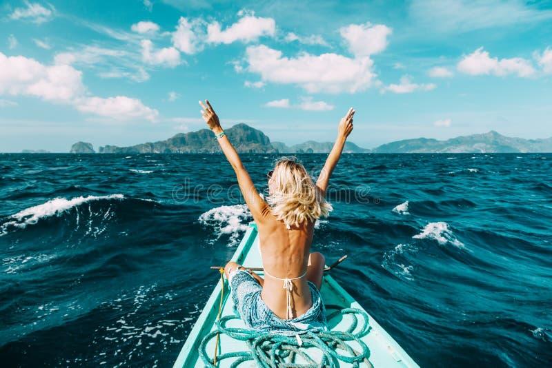 Vrouw die op de boot in Azië reizen royalty-vrije stock afbeeldingen
