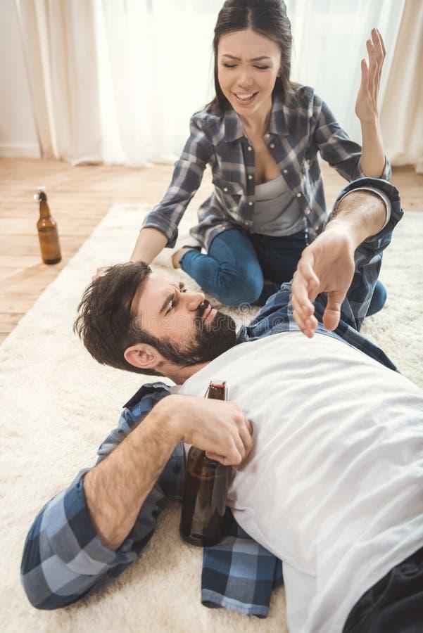 Vrouw die op de dronken mens schreeuwen stock foto's