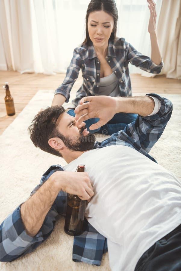 Vrouw die op de dronken mens schreeuwen royalty-vrije stock foto