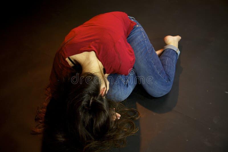 Vrouw die op de grond op straat na seksueel geweld leggen stock afbeelding
